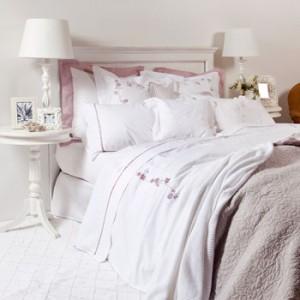 Zara home camas en blancos y lilas for Fundas cojines zara home
