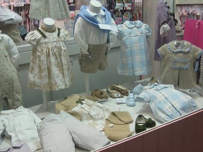 Liquidación de tienda de ropa infantil frente al Centro Comercial Arturo Soria Plaza en Madrid