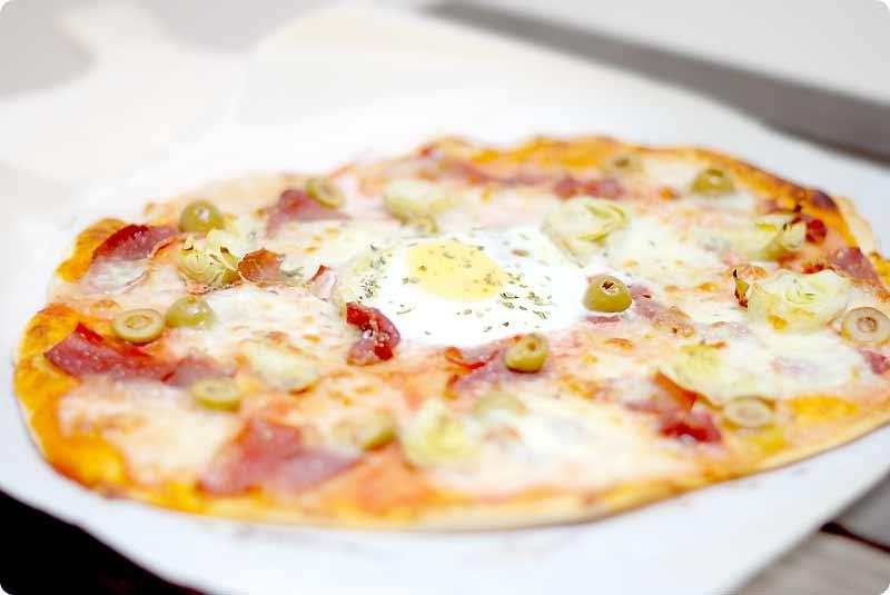 pizza con huevo