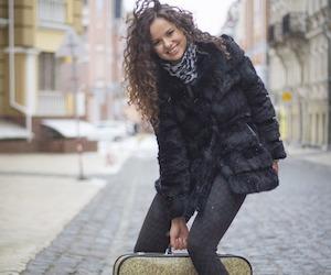 mujer viaje maletas