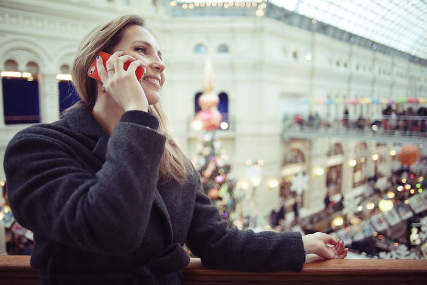 mujer llama por telefono