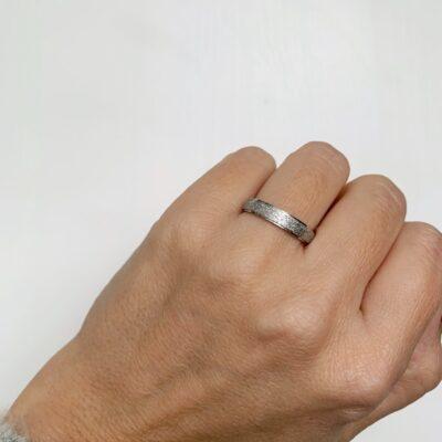 anillo plateado
