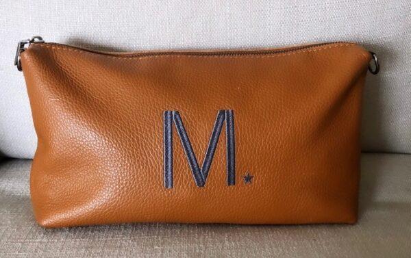 bolso de piel con iniciales bordadas